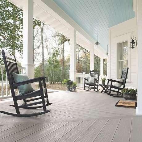 59. A entrada da casa conta com uma varanda de madeira clean e cadeiras de balanço. Fonte: Trex