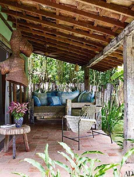 31. A varanda de madeira de demolição se integra ao paisagismo local. Fonte: Pinterest