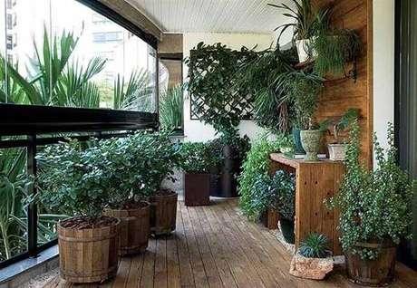 27. Apartamento com varanda de madeira e cortina de vidro. Fonte: ConstruindoDecor
