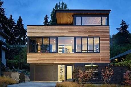 14. Arquitetura moderna com esta casa de madeira e porta de vidro fosco. Fonte: Revista Viva Decora