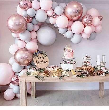14. Linda decoração com balões com detalhes rústicos e modernos para decoração de chá de fralda menina – Foto: Pinosy