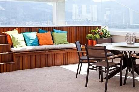 4. Banco de madeira para varanda encanta a decoração desse espaço. Projeto por Mauricio Nóbrega Arquitetura