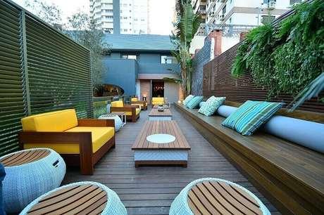 5. Banco de madeira para varanda extenso acomoda muitas pessoas. Fonte: Pinterest