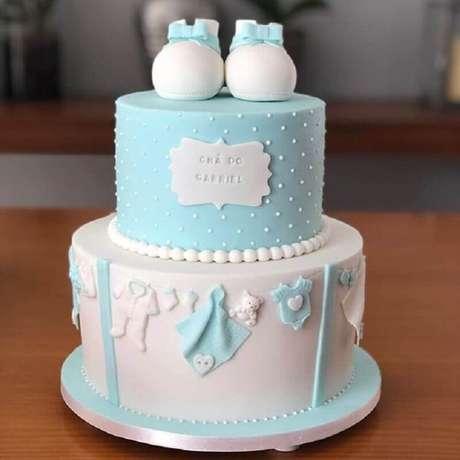 16. Lindo bolo personalizado para decoração chá de fraldas menino – Foto: Gestação Bebê