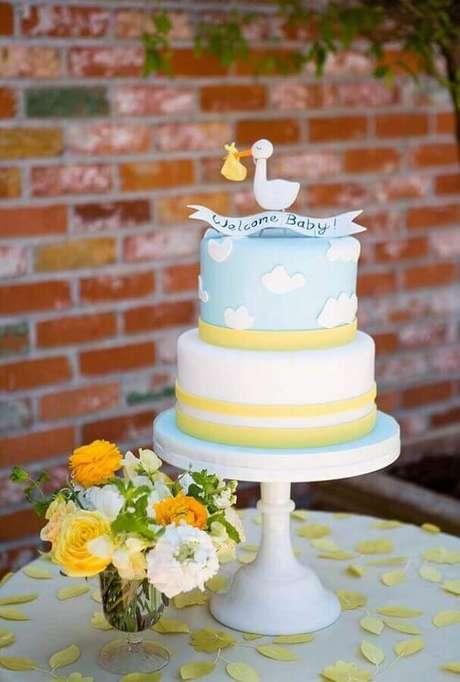 17. Bolo decorado com pasta americana e cegonha no topo para decoração de chá de fralda – Foto: Style Me Pretty