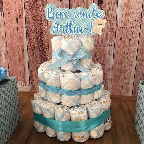 20. Modelo de bolo fake de fralda para decoração de chá de fralda menino – Foto: Ateliê da Dani