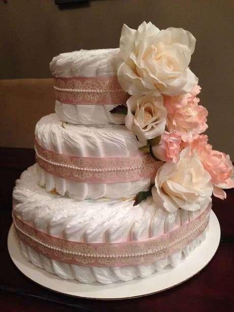 2. Invista em um bolo fake feito de fraldas para a decoração de chá de fralda – Foto: Como Fazer em Casa