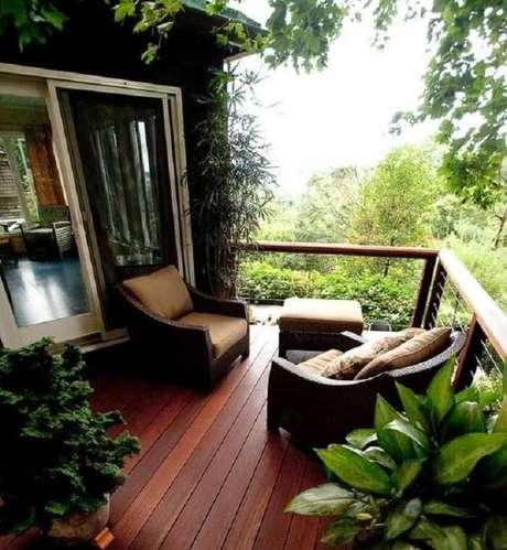 61. Casa de campo com varanda de madeira com poltronas. Fonte: Pinterest