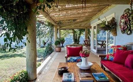 28. Casa de campo com varanda de madeira e móveis rústicos. Fonte: Brandani Decore