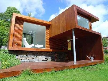 29. Casa de madeira com varanda e parede com pedras naturais. Fonte: Revista Viva Decora