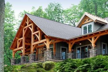 2. Casas de madeira com varanda espetacular. Fonte: Pinterest