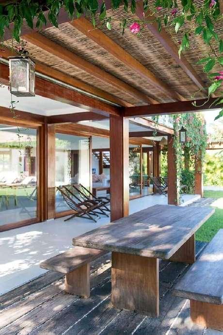 34. Casa de praia com varanda de madeira ampla. Fonte: Casa e Jardim