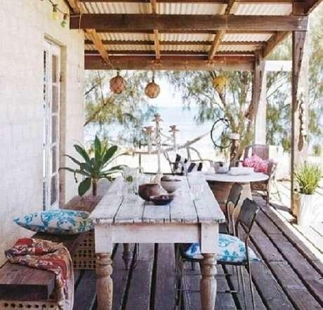 15. Casa de veraneio com varanda de madeira e móveis rústicos. Fonte: Haus Decoração