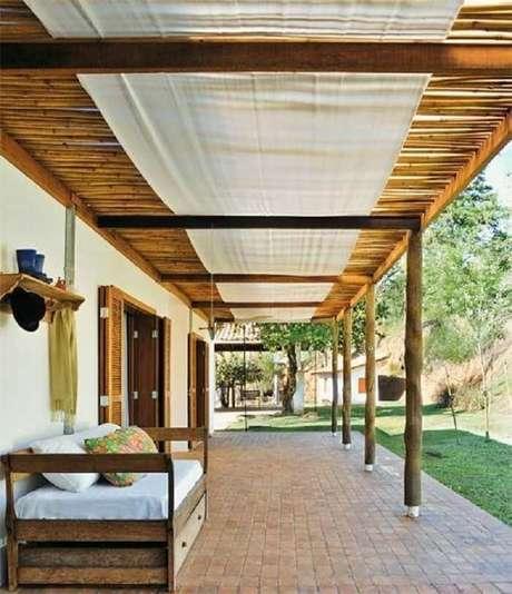 36. Casa térrea com varanda de madeira e pergolado de bambu. Fonte: Pinterest
