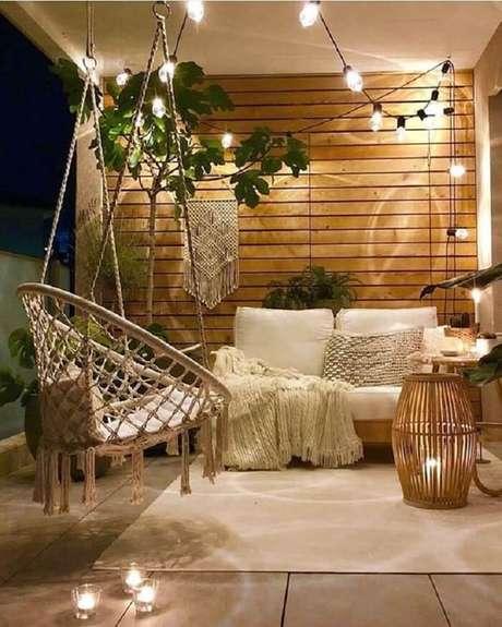 62. Crie um cantinho aconchegante na sua casa como esta varanda de madeira. Fonte: Casa das Amigas