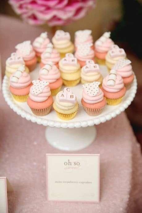 28. Cupcakes personalizados com itens infantis para decoração de chá de fralda – Foto: Revista VD