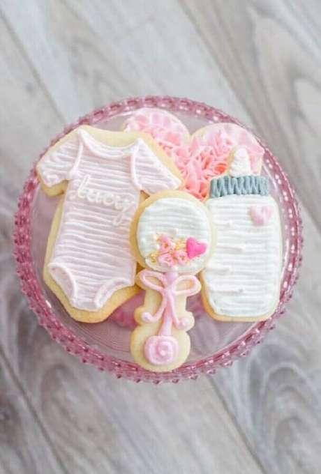 36. Decoração de chá de fralda com docinhos em formato de roupinha, mamadeira e chocalho – Foto: Pinterest