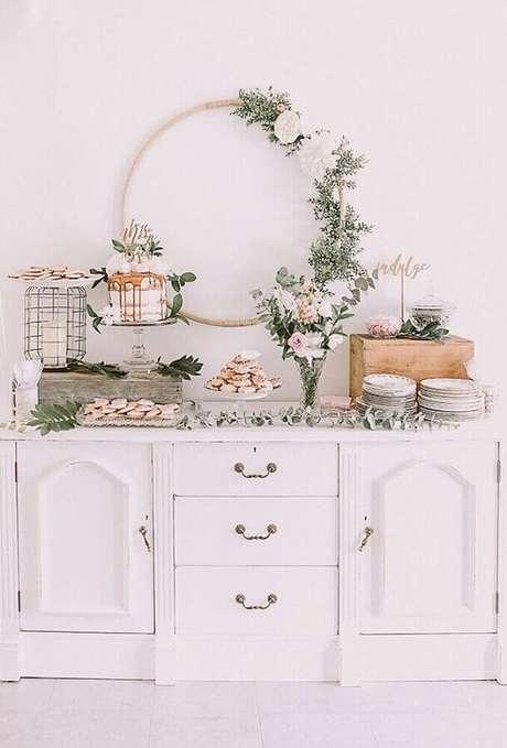 8. O estilo minimalista é uma excelente escolha para quem busca uma decoração simples para chá de fralda – Foto: Bird of Balance