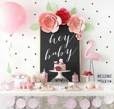 38. Decoração de chá de fralda com flamingos e flores de papel – Foto: Cléybaby