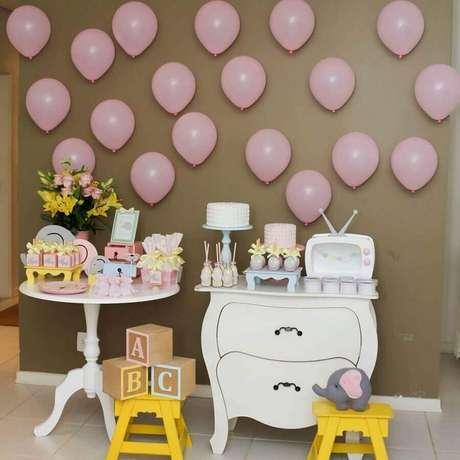 7. Decoração de chá de fraldas simples feminino com móveis retrô e bexigas rosa – Foto: Neusa Bonugli