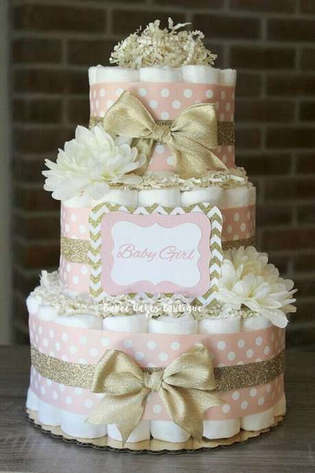9. Delicado modelo de bolo fake feito com fraldas para decoração chá de fraldas feminino – Foto Pinterest