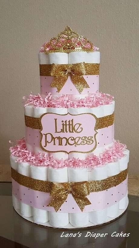 47. Decoração para chá de fraldas com bolo fake princesa – Foto: Lana's Diaper Cakes
