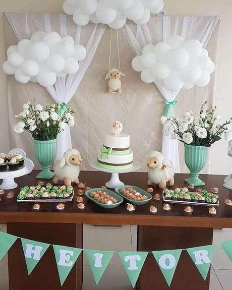4. Delicada decoração simples e aberta chá de fraldas com balões brancos e bonequinhos de ovelhinhas – Foto: Pinterest