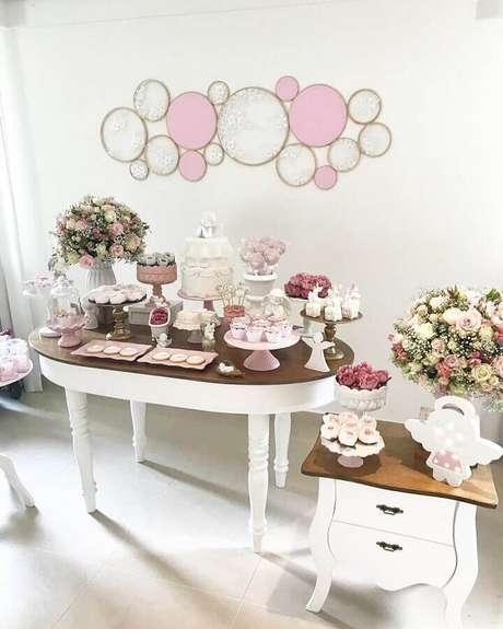 50. Decoração simples para chá de fralda com arranjo de rosas – Foto: Essência Festeira