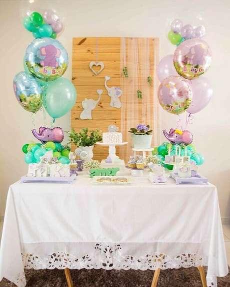 51. Decoração simples para chá de fralda com balões de elefantinho baby – Foto: Daiane Demézio