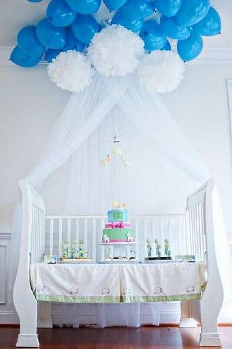 52. Use elementos como o berço do bebê para compor a decoração de chá de fraldas – Foto: Why Santa Claus