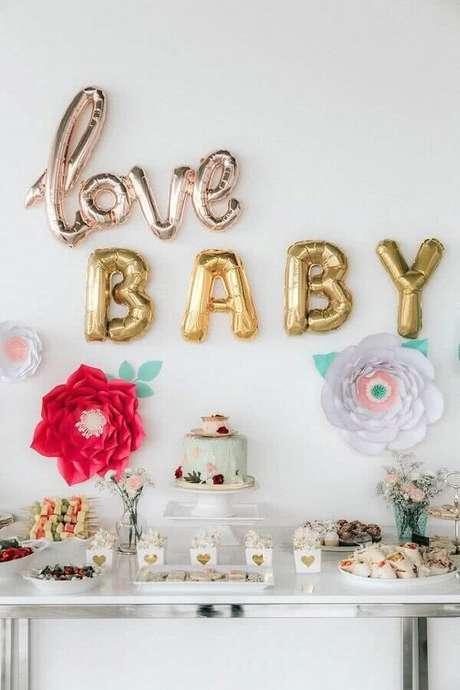 1. Decoração chá de fraldas com balões de letras e flores de papel – Foto: Creative Wife and Joyful Worker