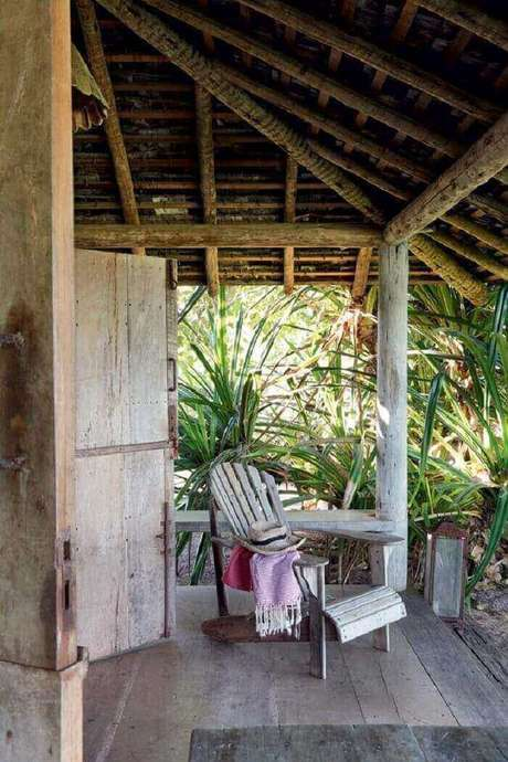 37. Decoração simples para essa varanda de madeira. Fonte: Pinterest