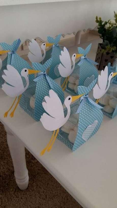 59. Linda embalagem em formato de cegonha para lembrancinhas de chá de fralda – Foto: Baby Shower Ideas