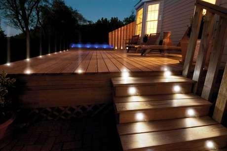16. Entrada com varanda de madeira e iluminação especial do jardim. Fonte: Revista Viva Decora