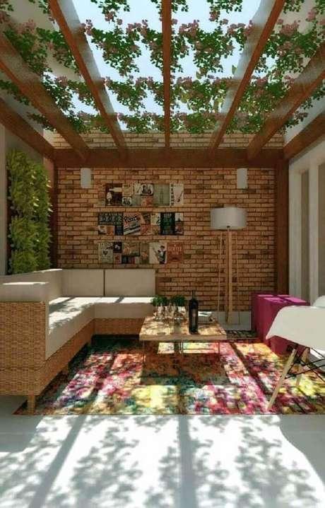 63. Espaço contempla varanda de madeira com parede de tijolinho. Fonte: Pinterest