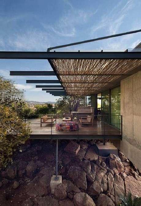 38. Essa varanda de madeira recebeu um telhado feito em bambu. Fonte: Pinterest