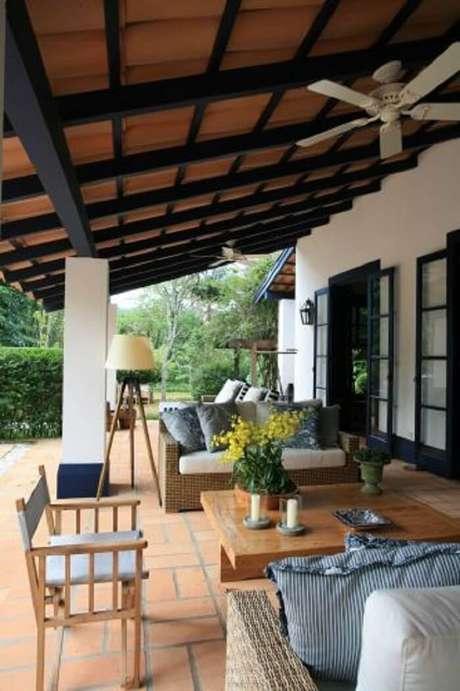 39. Fazenda com varanda de madeira e móveis rústicos e itens decorativos em tons de azul. Fonte: Pinterest