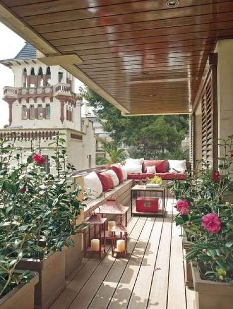 64. Fotos de casas de madeira com varanda de madeira incluindo flores e móveis rústicos. Fonte: Pinterest