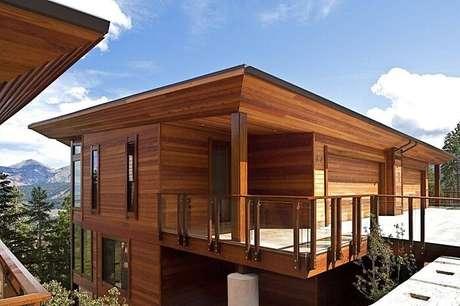 18. Guarda corpo de madeira e vidro complementa a decoração dessa casa de veraneio. Fonte Revista Viva Decora