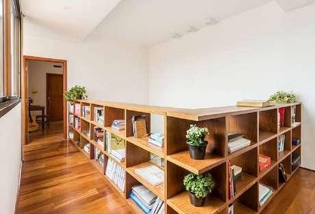 8. Guarda corpo de madeira também pode receber espaço com nichos e maximizar o espaço do ambiente. Fonte: Acasa