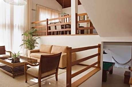 7. Guarda corpo de madeira utilizado dentro dessa residência se harmoniza com a decoração. Fonte: ConstruindoDecor