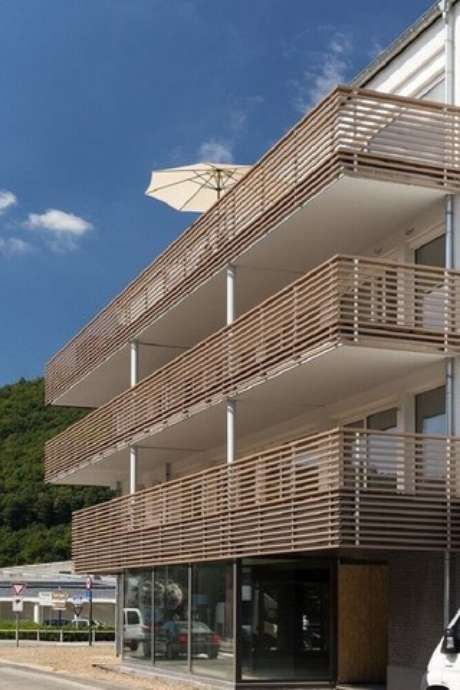 30. Invista em um modelo de guarda corpo de madeira que se harmonize com a fachada da casa. Fonte: Pinterest