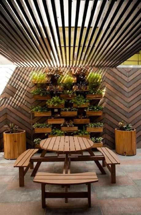 65. Invista em um teto com estrutura criativa para varanda de madeira. Fonte: Homify Brasil