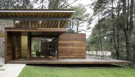21. Mobiliário metálico branco e varanda de madeira. Fonte: Revista Viva Decora