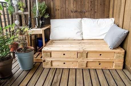 24. Simplicidade e conforto nessa varanda de madeira. Fonte: Triider