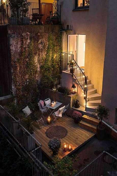 44. Uma varanda de madeira super charmosa com iluminação especial. Fonte: Pinterest