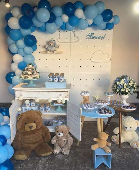 61. Ursinhos de pelúcia para decoração de chá de fralda azul e branco – Foto: Festix