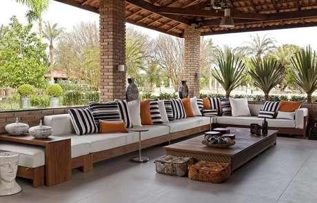 46. Varanda de madeira ampla com sofá gigante. Projeto por Léo Shehtman