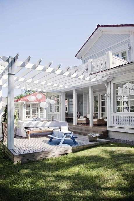 69. Fotos de casas de madeira com varanda branca e pergolado. Fonte: Pinterest