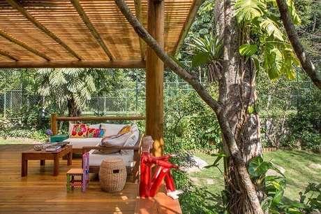 19. Varanda de madeira com almofadas e outros itens decorativos coloridos. Fonte: Ex Arquitetura